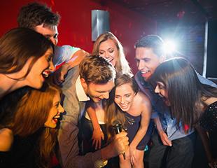 Пойте вместе с друзьями! Кабинки на 2, 3 или 4 часа в караоке-баре LOUD. Скидка до 70%