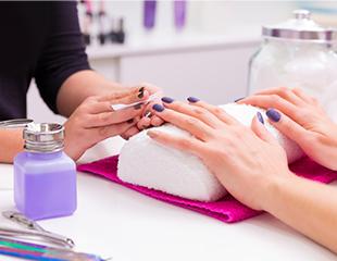 Яркие и ухоженные ногти! Маникюр и педикюр с лаковым или гелевым покрытием в салоне Queen. Скидка до 62%