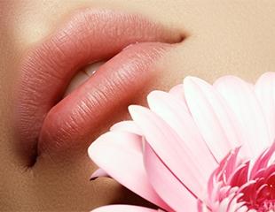 Обретите соблазнительную улыбку! Увеличение губ гиалуроновой кислотой, а также биоревитализация гелем в салонеРасческа со скидкой до 49%!