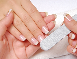 Маникюр и педикюр с гелевым покрытием со скидкой до 75% от салона красотыRealViva наГагарина!
