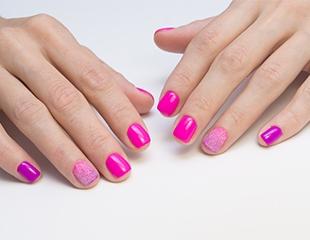 Маникюр и педикюр c лаковым и гелевым покрытием со скидкой до 67% в салоне красоты Эффект!