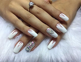Маникюр с лаковым и гелевым покрытием + дизайн, а также биоламинирование и наращивание ногтей от мастера Юлии Бони! Скидка до 54%!