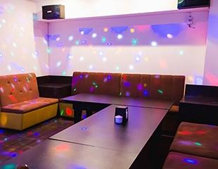 Разгони скуку! Посети караоке вместе с друзьями! Аренда караоке-кабинок на 2, 3, 4 часа со скидкой до 83% в KRAFT karaoke & pub!