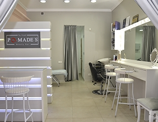 Женская стрижка, укладка, полировка, а также различные виды окрашивания волос: мелирование, омбре, шатуш и балаяж в студии красоты Pomade's со скидкой до 65%