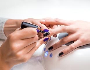 Дополните свой образ! Маникюр и педикюр с гелевым покрытием, а также дизайн и инкрустация ногтей стразами в салоне красоты DELICE со скидкой до 65%!