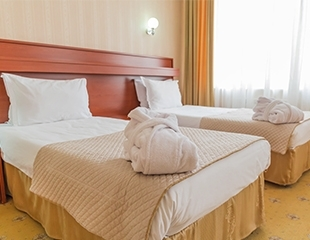 Проживание в номере «Делюкс» + завтрак и сауна в гостинице Тянь-Шань! Скидка 56%!