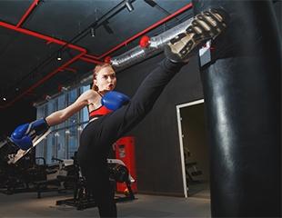 Будь сильным! Групповые занятия по кикбоксингу со скидкой до 74%!