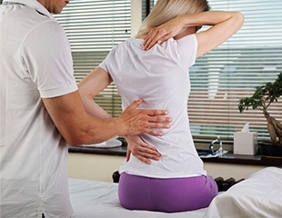 Лечение грыжи, остеохондроза и артрита! Процедуры мануальной терапии и лечебного массажа в центре Рахмат со скидкой до 53%!