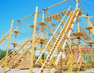 Это должен сделать каждый! Посещение веревочного парка для взрослых и детей в центре развития «РазУм» со скидкой 50%!