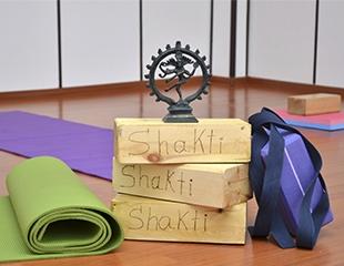 Для гармонии души и тела! Различные направления йоги: хатха, айенгара, нидра, крия, йога для беременных со скидкой до 59% в студии Shakti!