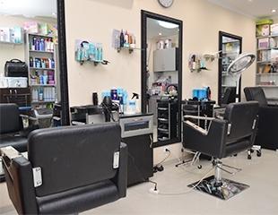 Стрижки горячими ножницами, лечение волос, прически, завивка и различные виды окрашивания от салона красоты New Look со скидкой до 52%!