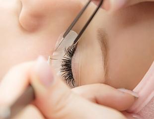 Ваш свежий стиль! Наращивание ресниц, коррекция бровей, различные виды макияжа от салона красоты New Look со скидкой до 52%!