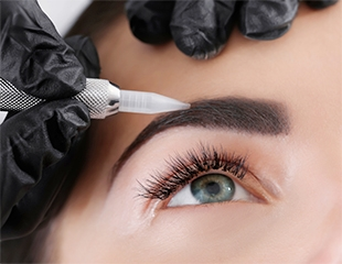 Подчеркни образ! Перманентный макияж и коррекция бровей в салоне красоты Scissors со скидкой до 50%!