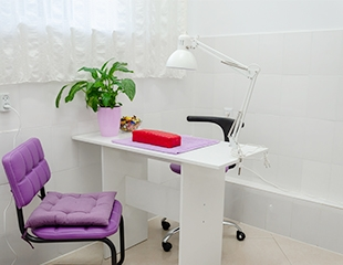 Добавьте яркого настроения! Маникюр и педикюр с гелевым покрытием и без со скидкой до 76% в Fleur Violette!