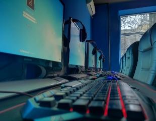 Играй всю ночь напролет! Посещение компьютерного и PS4 клуба O2 Online Center and Buffet со скидкой до 50%!
