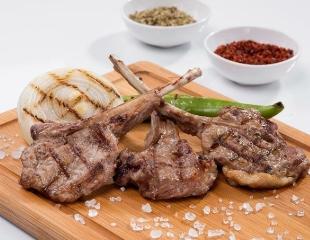 Стейки, мини-шашлыки из говядины и курицы, а также большой ассортимент горячего, салатов и десертов в CAFÉ LATTE! Скидка 50% на все меню и бар!
