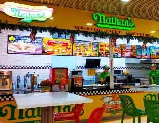 Традиции вкусной еды! Манящие бургеры, хот-доги, роллы, картошечка и другие снеки от мировой сети быстрого питания Nathans Famous со скидкой 50%!