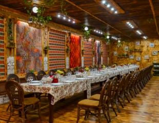 Сытные мясные блюда, свежие салаты, а также блюда европейской и кавказской кухни со скидкой 50% в горном ресторане «Чинар»!