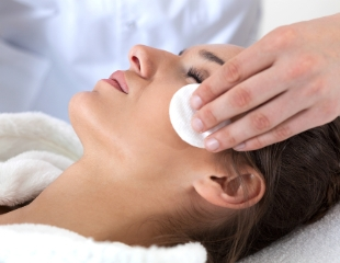 Чистка лица и спины, все виды пилингов, аппаратная и инъекционная косметология и другие услуги от косметологического центра AG Medical со скидкой до 70%!