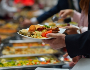 Горячие мясные блюда, свежие салаты и пикантные закуски! Шведский стол со скидкой 50% на посещение в ресторанном комплексе Almaty Hall!