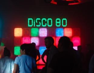 Отдых для взрослой молодежи! Скидка 50% на бар и бесплатный вход в ночном клубе «Диско 80»!