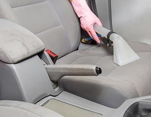 Аппаратная химчистка салона авто, полировка пластика, мойка кузова, чернение шин и «сухой туман» от автомойки Cleanol со скидкой до 43%!