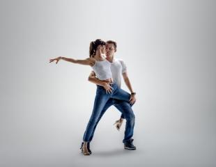 Окунись в танец с головой! Студия латино-американских танцев «Ritmo Dance Almaty» со скидкой до 54%!