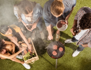 Пусть пикник на природе не застанет вас врасплох! Одноразовая коптильня, шампуры, пароварка, решетка-гриль для гамбургеров и другие сезонные товары со скидкой 30% от Realshop.kz!