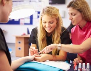 Станьте профессионалом! Курсы маникюра, педикюра и наращивания ногтей со скидкой до 60% в студии красоты «Амадель»!