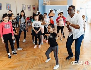 Уверенность и успех! Актерское и ораторское мастерство, дефиле, танцы, пластика и многое другое в детском лагере модельной школы Fashion Angels со скидкой 61%!
