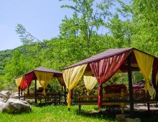 Все, что нужно для хорошего отдыха! Аренда топчанов и беседок в горном парке Sarbaz со скидкой до 60%!