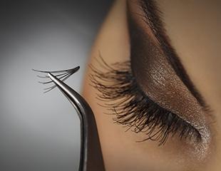 Обретите сногсшибательный взгляд! Наращивание и окрашивание ресниц со скидкой до 67% в салоне красоты ZUZU!