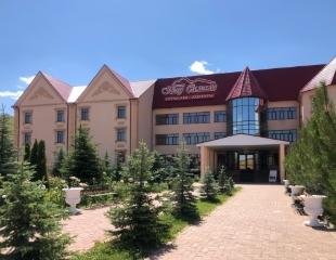 Экологически чистый отдых в горах! Проживание в гостинице, аренда русской бани и большой сауны в горнолыжном курорте «Тау Самалы» со скидкой 30%!