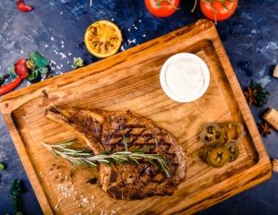 Для ценителей мяса! Ароматные шашлыки, сочные стейки, колбаски и другое со скидкой 50% на все меню и бар в кафе Miaso Pech!