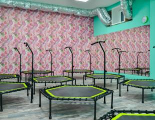 Двигайся в ритме! Степ-аэробика, Jumping и Stretching в студии «Flower Dance» со скидкой до 52%!