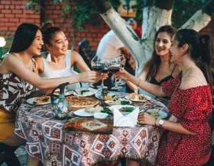 Мясо по-горски, сочный шашлык и ароматный Оджахури в ресторане «Тбилисо»! Скидка 50% на все меню и бар!