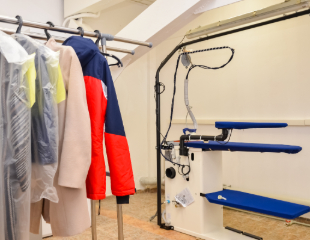 Больше никаких пятен! Чистка одежды, головных уборов, чехлов и штор, с применением технологии аквачистки в сети химчисток SoftWash со скидкой 50%!