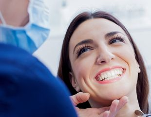 Установка брекетов, лечение и ультразвуковая чистка зубов в стоматологии «Ару дент» со скидкой до 79%!